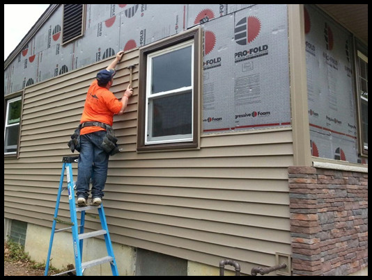 How to Choose Between Vinyl and Wood Siding